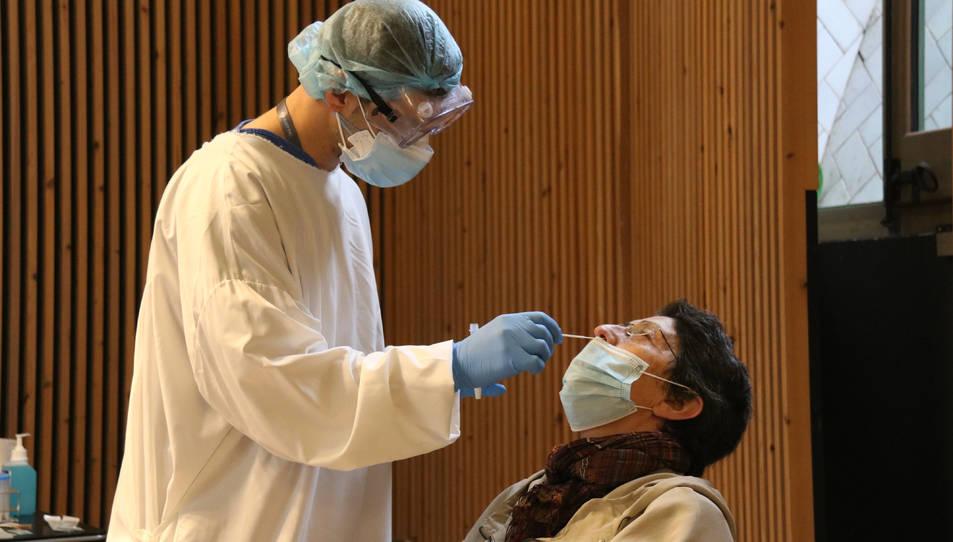 Una dona fent-se una prova amb test d'antígens al cribratge al recinte modernista de l'hospital Sant Pau de Barcelona.