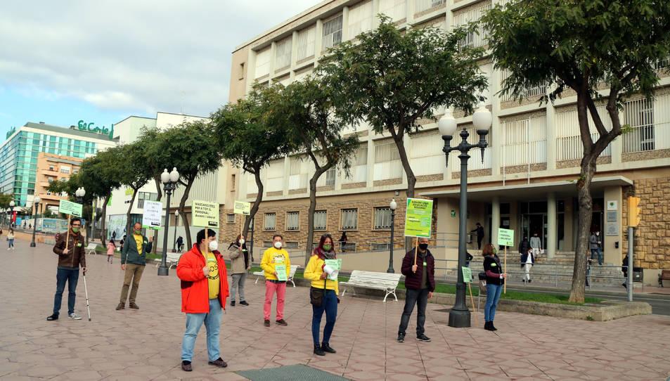 Concentració convocada per USTEC-STEs al davant de l'institut Vidal i Barraquer de Tarragona.