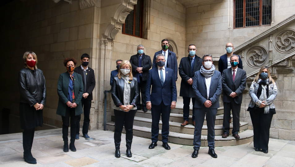 La consellera Àngels Ponsa, amb els alcaldes de Tarragona, Pau Ricomà, i de Boí, Sònia Bruguera, amb altres alcaldes i regidors dels municipis de la zona.