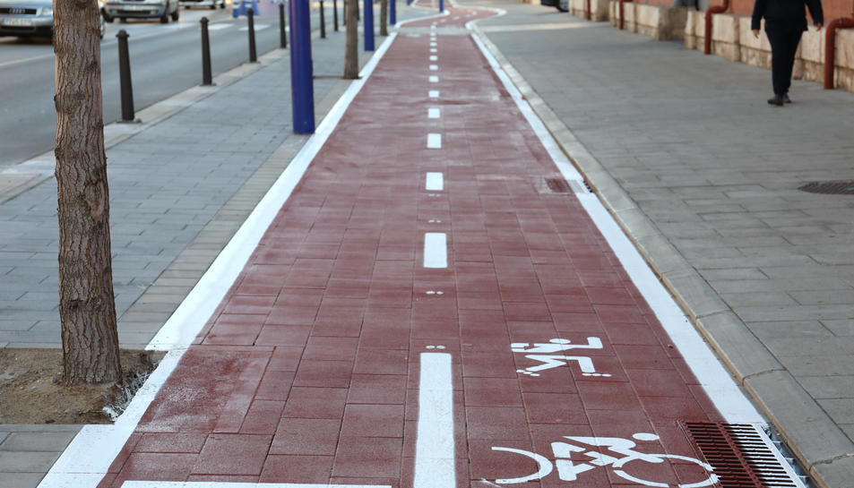 Una imatge d'un carril bici al Moll de Costa, al barri del Serrallo.