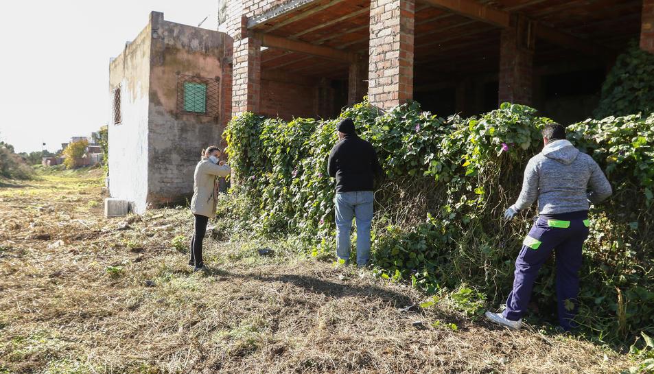 Andrés i Enrique, els dos primers integrants del projecte, i la presidenta de l'AV, Ana Belén Castaño.