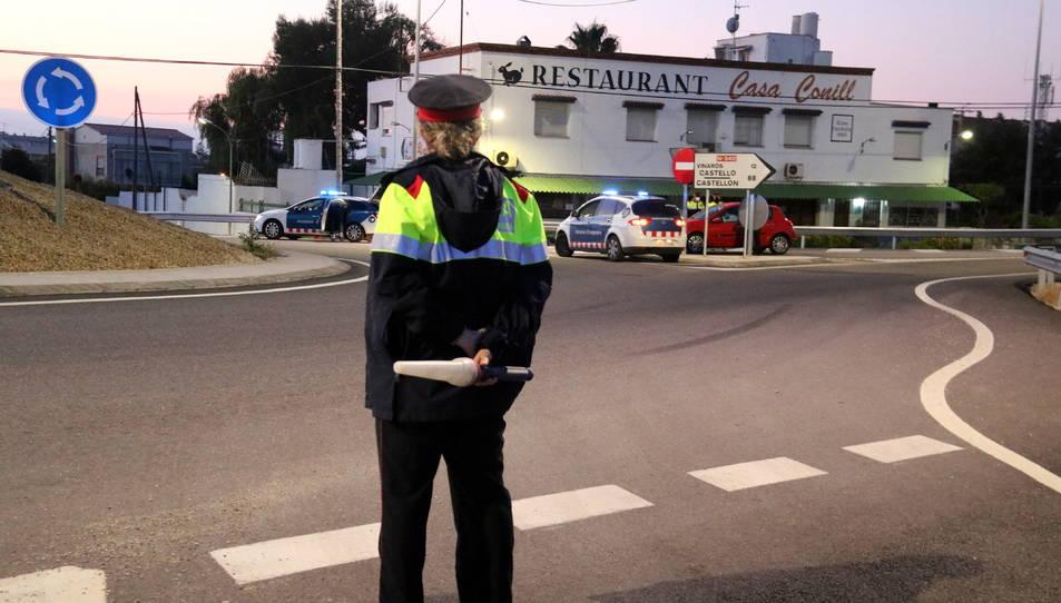 Una agent dels Mossos observant els controls que fan altres patrulles en el sentit nord de la intersecció de l'N-340 a les Cases d'Alcanar.