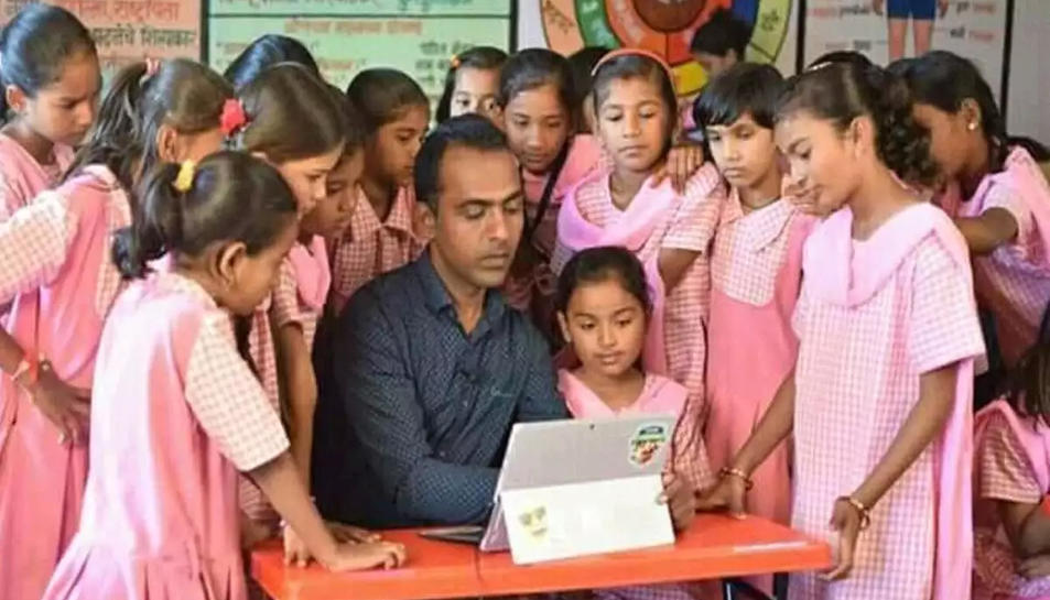 Ranjitsinh Disale amb les seves alumnes ao col·legi de