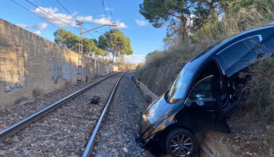 Imatge del vehicle que ha caigut a les vies aquesta tarda