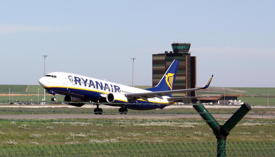 Imatge d'arxiu d'un avió de Ryanair enlairant-se de l'Aeroport de Lleida-Alguaire