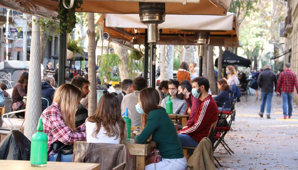 Pla obert d'una terrassa de Barcelona
