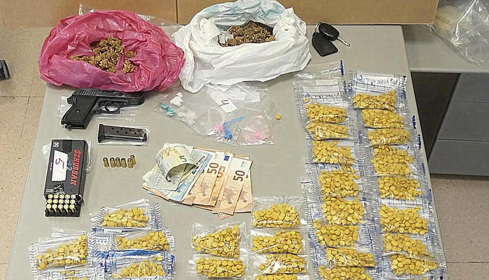 Primer pla de diverses quantitats de drogues comissades en el domicili d'un detingut per la Policia Local de Blanes