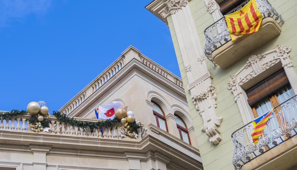 Les quatre banderes, juntes, al cantó superior de l'Ajuntament.