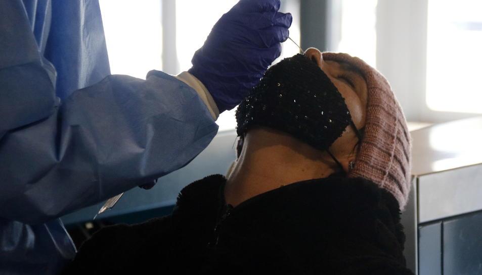 Una dona sotmetent-se a l'extracció de mostres per a un test d'antígens.