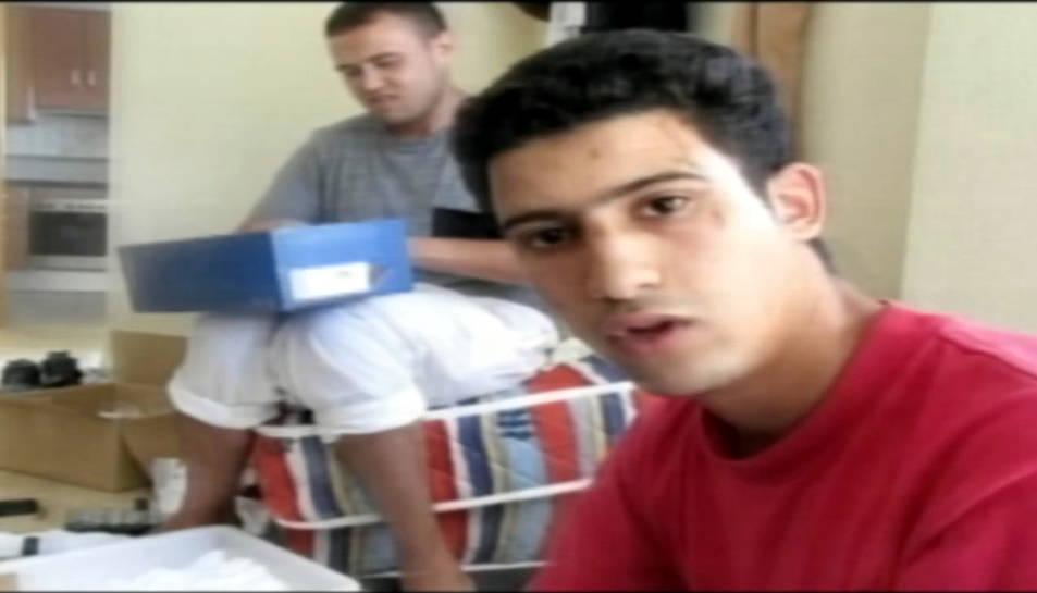 Youssef Aalla, davant de Mohamed Hichamy, en un vídeo gravat al xalet d'Alcanar poc abans dels atemptats d'agost del 2017.