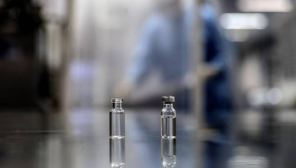 Vista de dues ampolles iguales amb mostres d'una vacuna contra la covid-19.