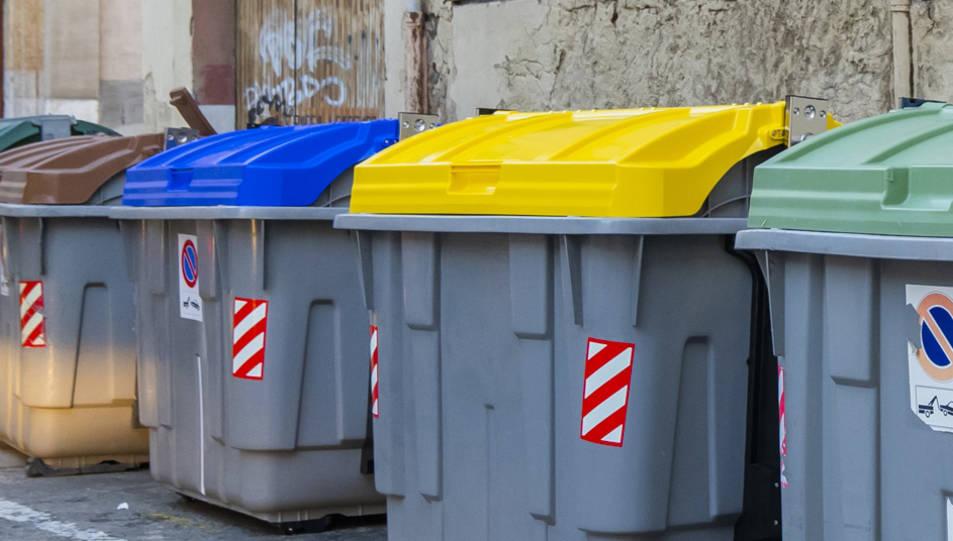 Dos dels contenidors nous, a la plaça de Sant Francesc.
