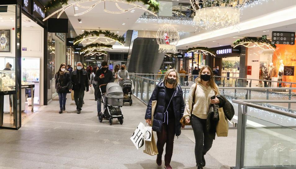 Persones passejant pel centre comercial ahir a la tarda.