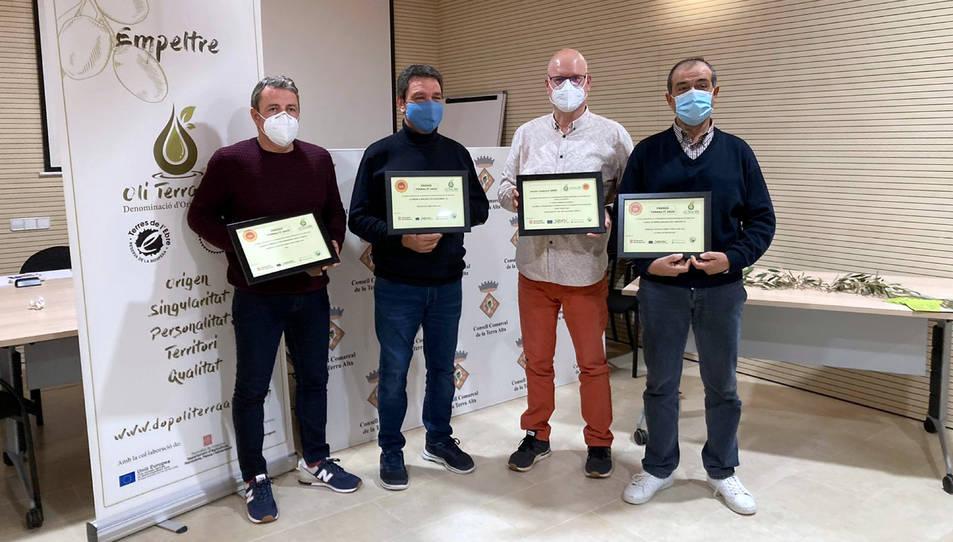 Representants de les cooperatives premiades en els premis oleícoles Terra Alta, amb el president de la DOP Oli Terra Alta,