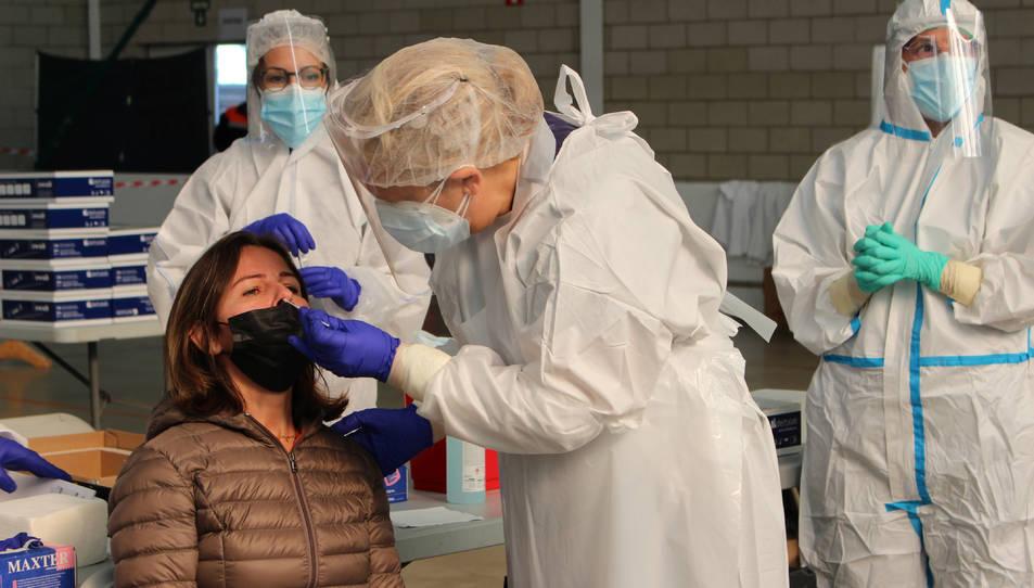 Una dona en el moment de fer-se la PCR.
