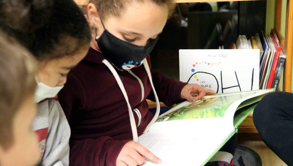 Una de les alumnes llegint un llibre a l'Escola Popular de Manresa.