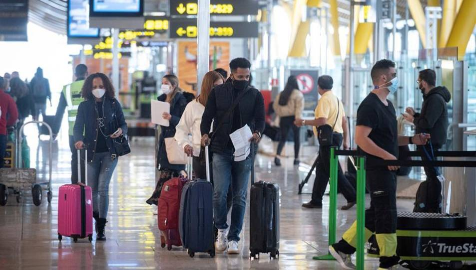 Passsatgers a l'aeroport Madrid- Barajas Adolfo Suárez.