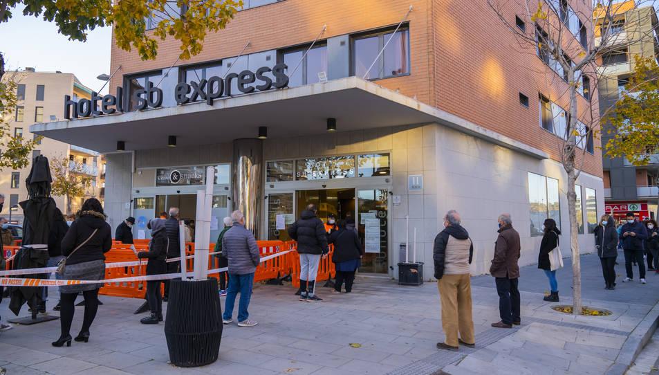 Cues per fer-se una PCR a l'hotel SB Express de Tarragona durant un dia de cribratges.