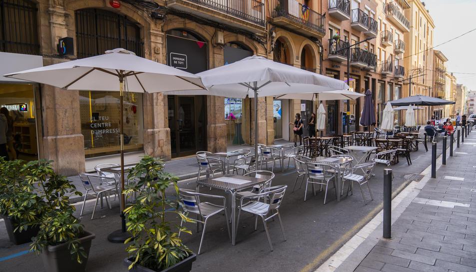 L'Ajuntament va tallar alguns carrers de la ciutat perquè els bars poguessin posar terrassa.
