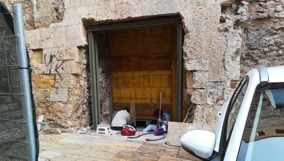 Estat actual de la porta monumental romana que hi ha a l'edifici de l'Antiga Audiència.