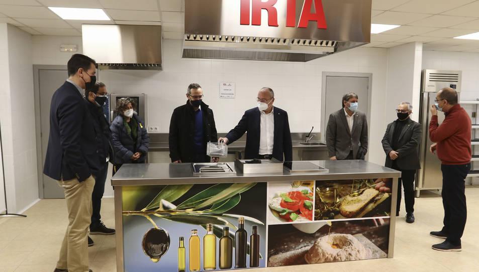 Representants de l'Ajuntament de Reus, de Constantí i de l'IRTA a la cuina que es va estrenar ahir.