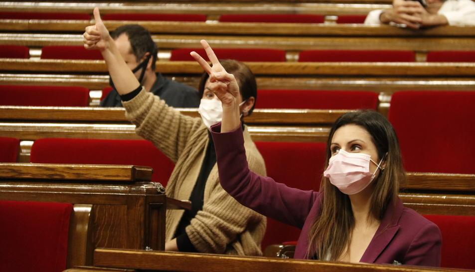 Imatge d'arxiu d'una votació al Parlament de Catalynya, amb Lorena Roldán (Cs) i Anna Caula (ERC).