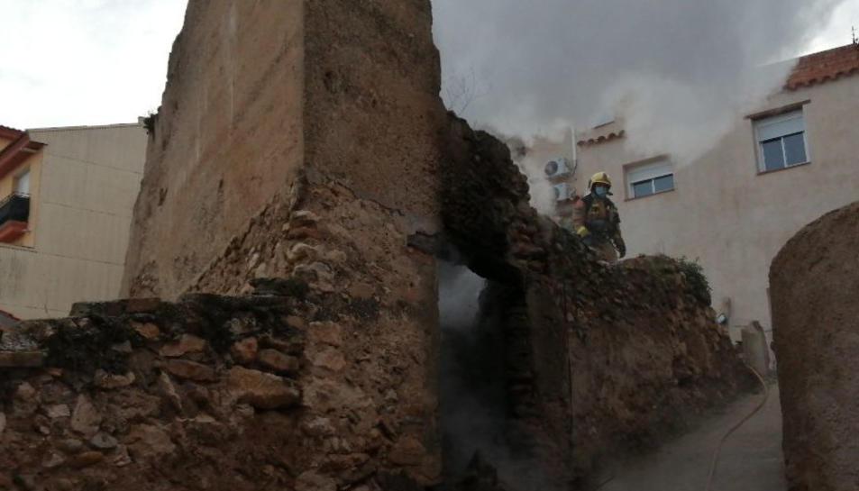 Imatge de la casa que ha cremat aquesta tarda a Móra