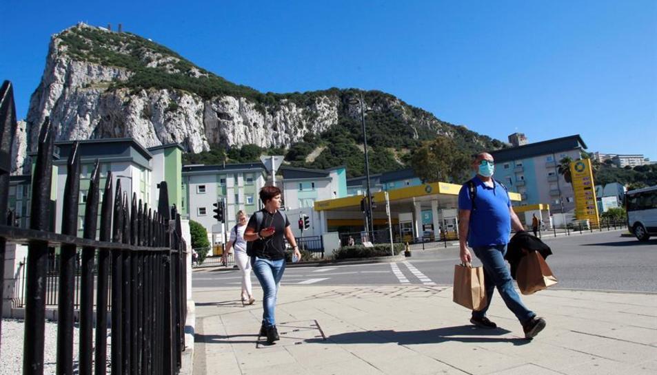 Diverses persones caminant per Gibraltar.