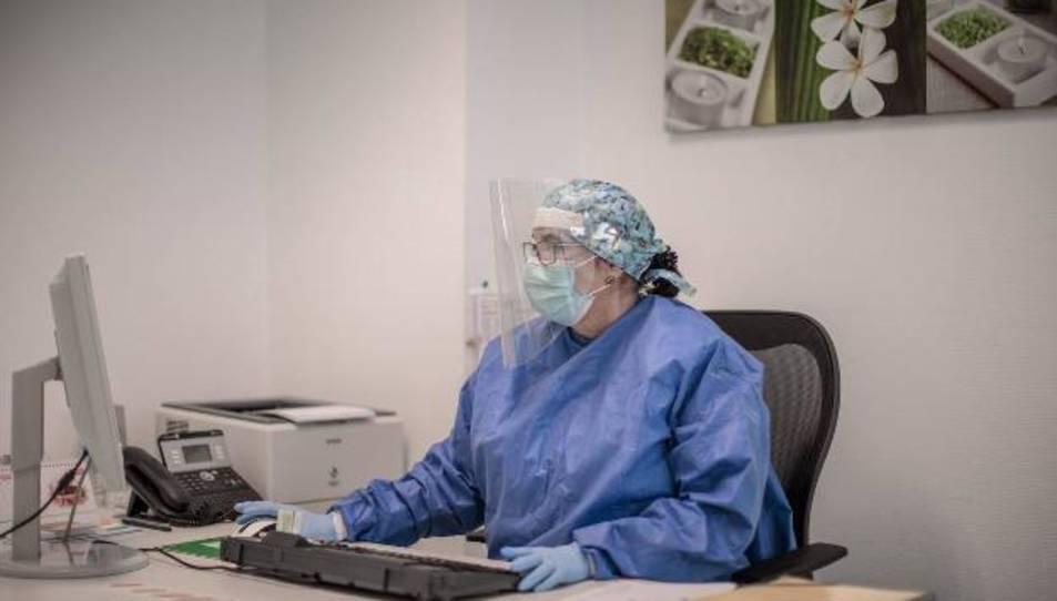 Imatge d'arxiu d'una infermera a la consulta.