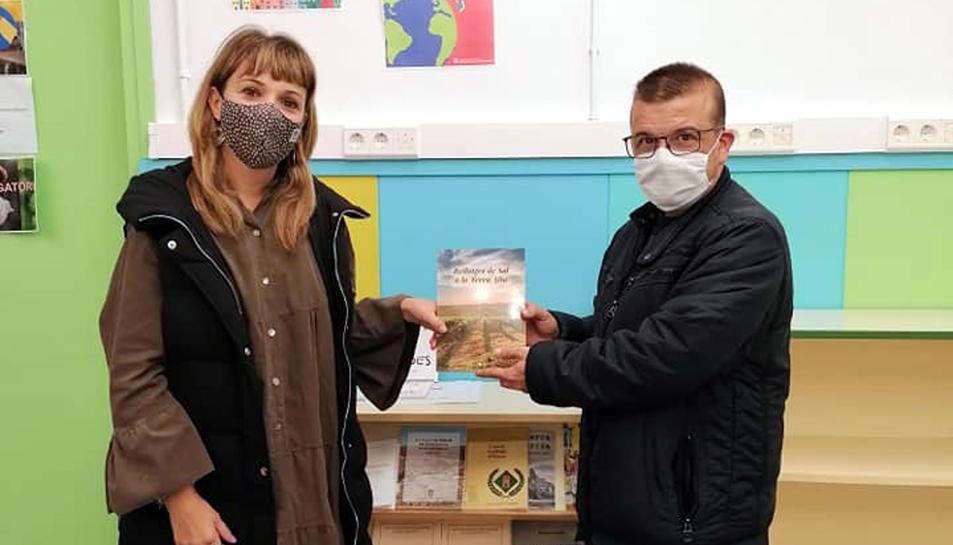 Fernando Chavarria, fent entrega d'un exemplar del llibre 'Rellotges de sol a la Terra Alta', a l'IES Terra Alta.