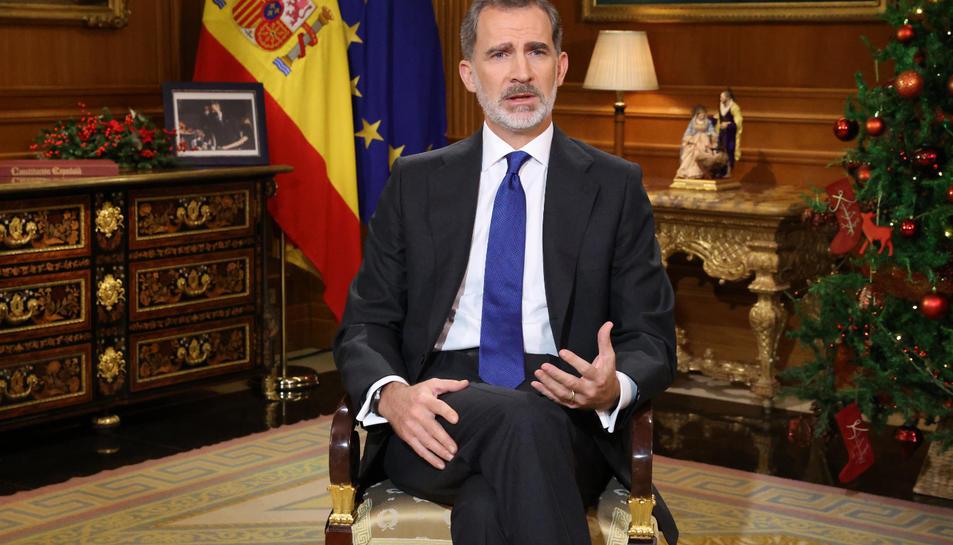 El rei d'Espanya, Felip VI, durant el discurs de la nit de Nadal el 24 de desembre del 2020. Pla tres quarts.