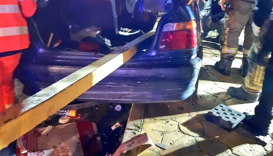 La barana de separació de lacarretera va atravessar el vehicle