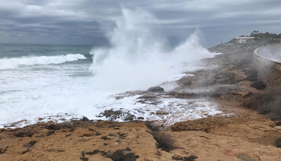 Imatge d'axiu de fortes onades a la zona de l'Arrabassada de Tarragona.