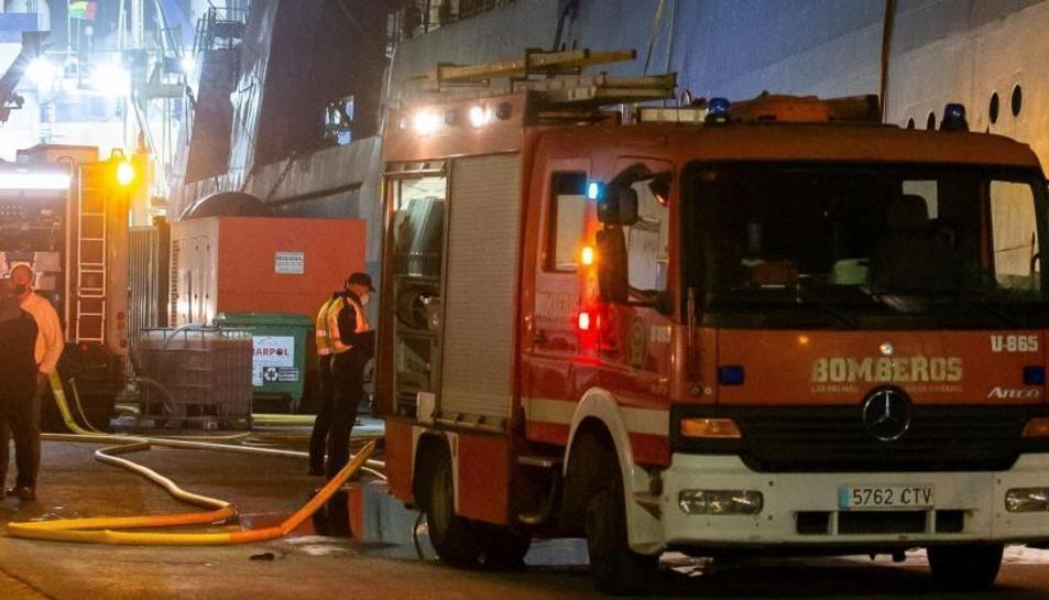 Imatge dels Bombers treballant al lloc de l'incendi