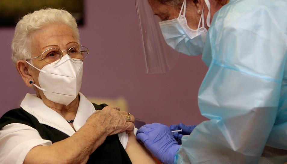 Imatge de la primera dona en vacunar-se contra la Covid-19 a Espanya