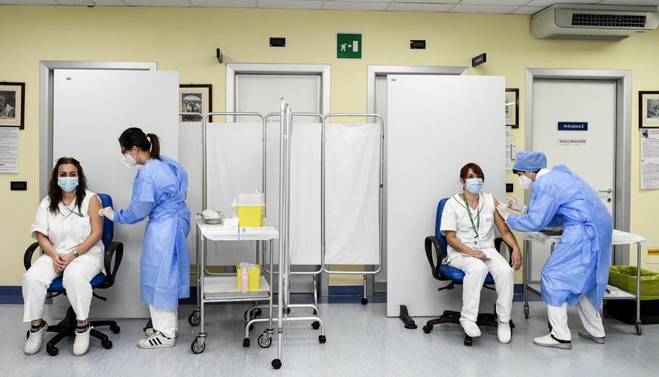Dues sanitàries rebent la injecció amb la vacuna de Pfizer contra la covid a la ciutat de Cremona, a la Llombardia italiana
