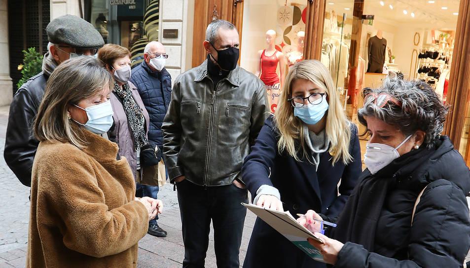 Elsa Artadi, recollint firmes durant la seva visita ahir a Reus.