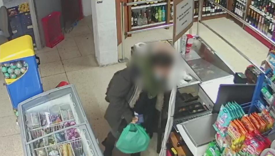 Moment del robatori al supermercat de Torreforta.