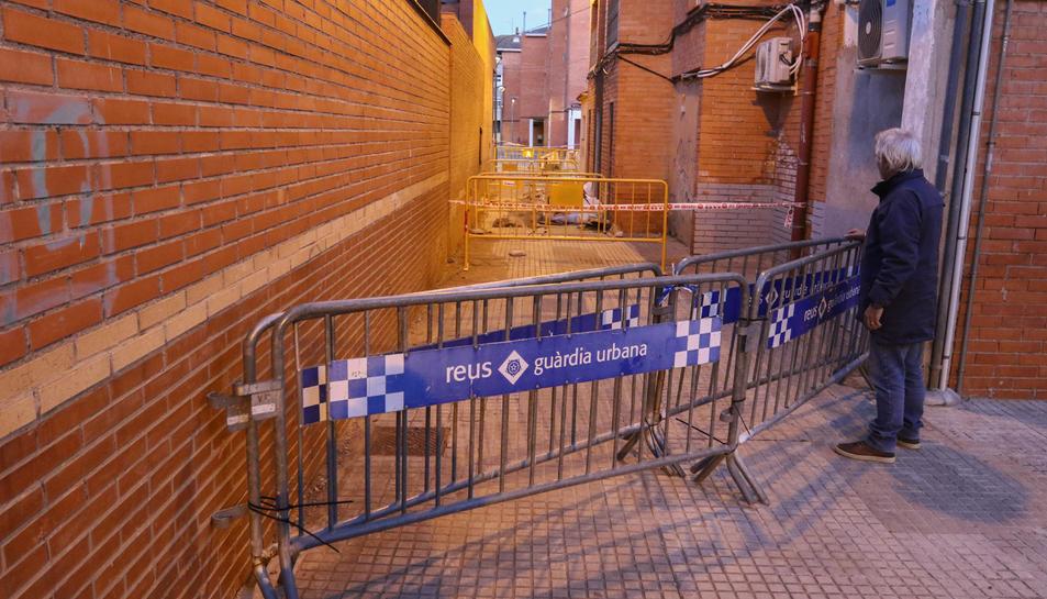 Al forat, darrere del bloc 40, van col·locar-se ahir noves tanques.