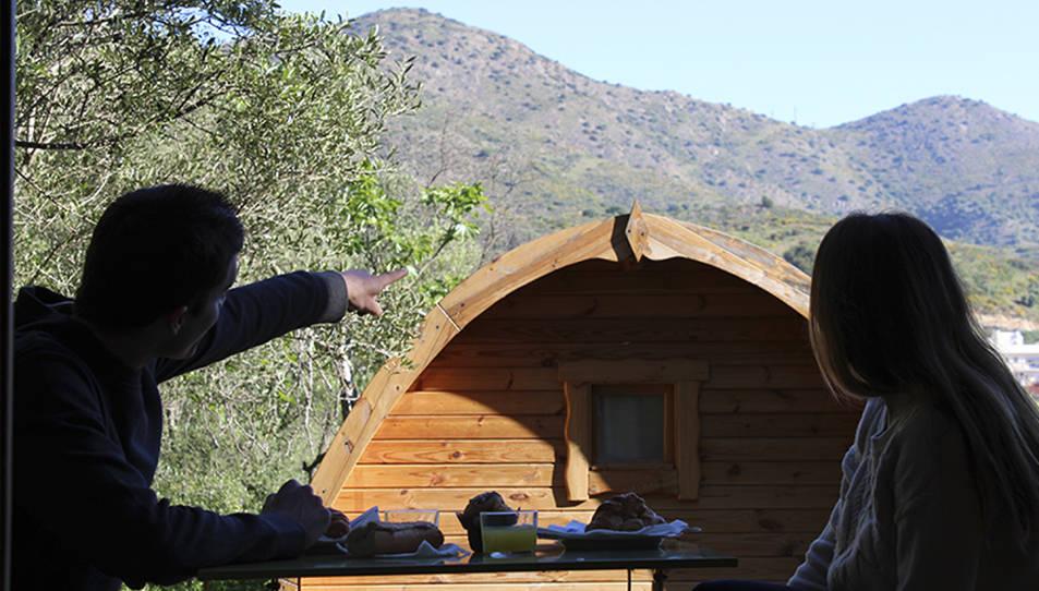 Dues persones esmorzant en una terrassa d'un càmping de les comarques gironines, en una imatge d'arxiu.