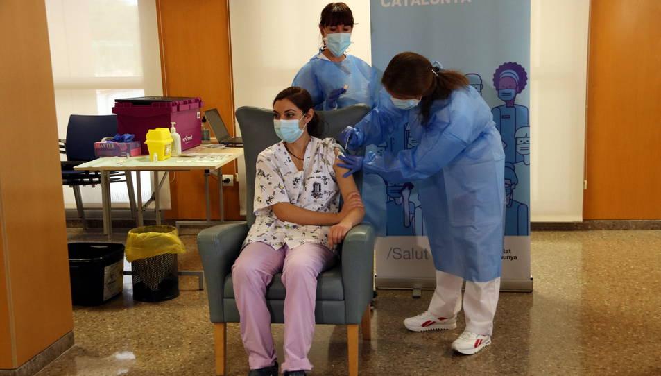 Lourdes Julià, auxiliar d'infermeria de la residència la Mercè de Tarragona, rebent la vacuna.