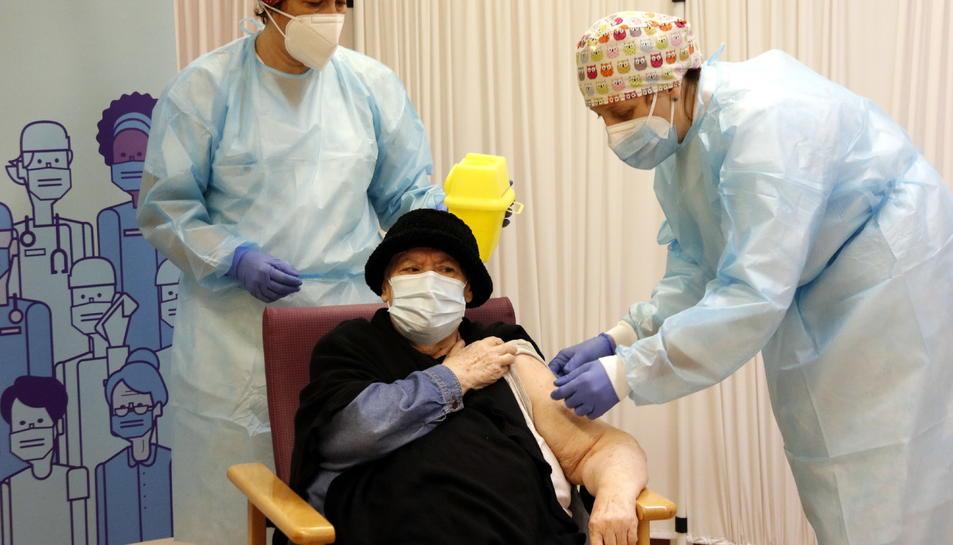 Imatge de les infermeres vacunant a una resident.