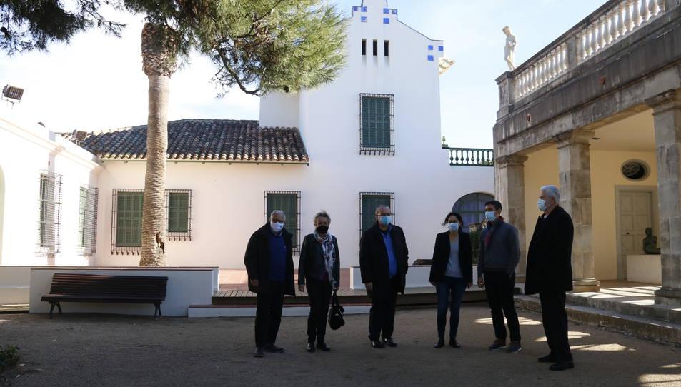Autoritats davant del Museu Pau Casals del Vendrell, on s'hi durà a terme un projecte de renovació integral.