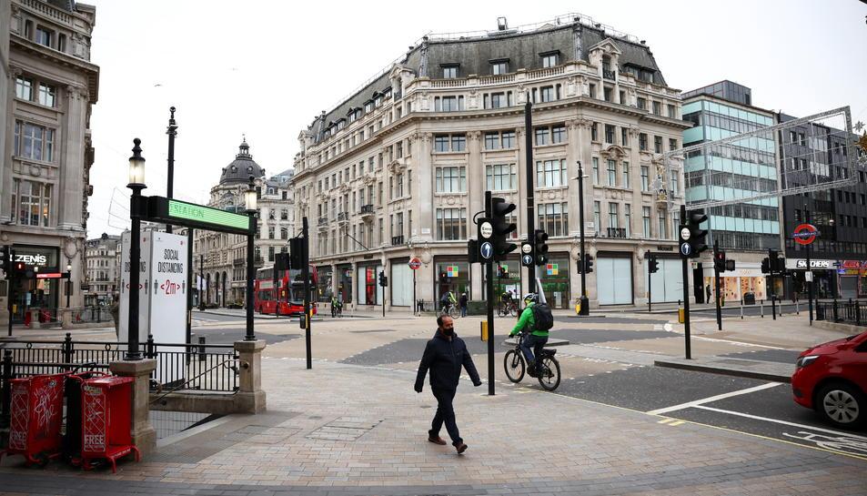 Oxford Circus, una de les zones amb més afluència de gent a la ciutat de Londres, pràcticament buida.