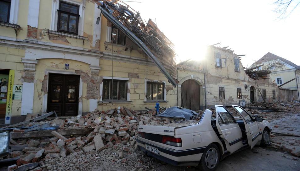 Una casa destruïda i un cotxe aixafat pel terratrèmol a Petrinja, Croàcia