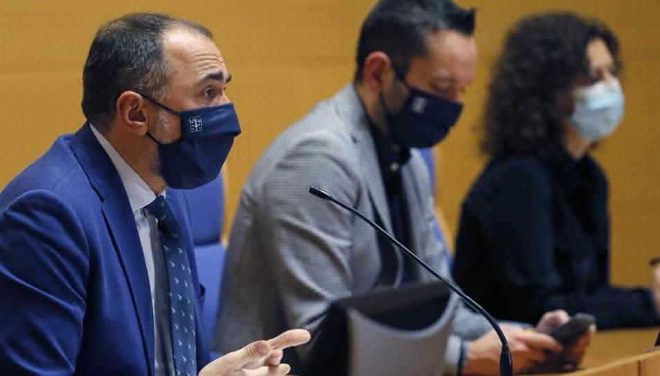El conselleiro de Sanidad, Julio García Comesaña, durante la rueda de prensa de las nuevas medidas tras el comité clínico, esta martes en Santiago de Compostela.
