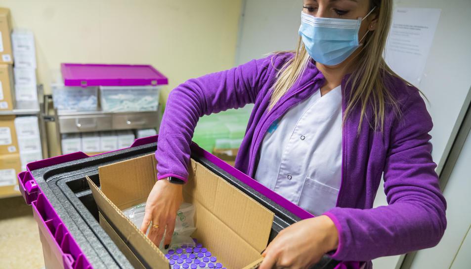 Part de les més de 300 dosis que van arribar ahir a la regió sanitària tarragonina. Se separen per caixes segons la demanda de cada centre abans de ser traslladades.
