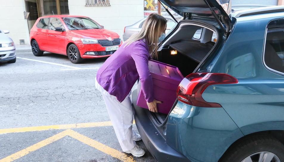 Les vacunes es traslladen en cotxe a les residències dins de caixes especials per garantir la seva estabilitat. A la foto, les dosis que van arribar ahir Horts de Miró, a Reus.
