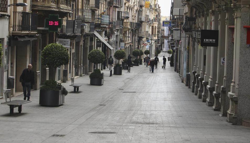 El carrer Llovera, buit, en les primeres hores del confinament.