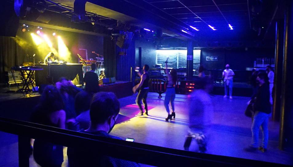Diverses persones gaudeixen de la música a l'interior de la Sala Apolo el 12 de desembre.